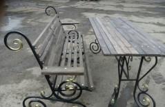 Кованая скамья со столом